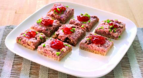 Tapas de pain de seigle au pâté d'Ardenne et confiture de fruits rouges